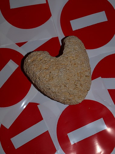 Se prohíben... los corazones de piedra...